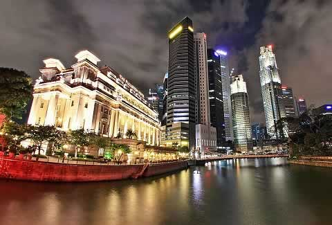 Attractions along Singapore River can be seen in a Boat Tour
